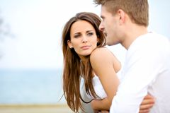 Attraktive Frau, die auf ihren Freund hört stockbild
