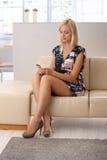 Attraktive Frau, die auf Mobiltelefon texting ist Stockfoto