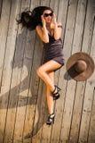Attraktive Frau, die auf Sonnendeck legt Stockfotos