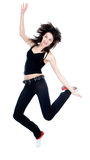 Attraktive Frau, die auf weißen Hintergrund springt Lizenzfreie Stockfotos