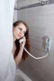 Attraktive Frau, die Aufruf im Badezimmer bildet Stockfotos
