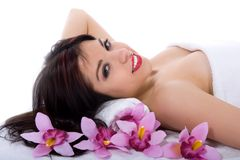 Attraktive Frau, die Badekurortbehandlung erhält lizenzfreies stockbild