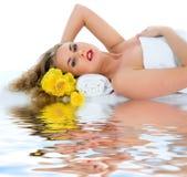 Attraktive Frau, die Badekurortbehandlung erhält lizenzfreie stockfotos