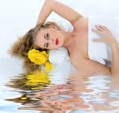 Attraktive Frau, die Badekurortbehandlung erhält stockbilder