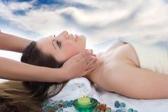 Attraktive Frau, die Badekurortbehandlung erhält stockbild