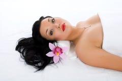 Attraktive Frau, die Badekurortbehandlung erhält Stockfoto