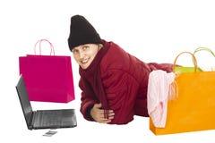 Attraktive Frau, die über dem Internet kauft Stockfoto