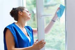 Attraktive Frau, die das Fenster wäscht Arbeitskraft Cleaning Company wor Lizenzfreie Stockfotos