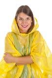 Attraktive Frau, die den gelben Regenmantel - lokalisiert trägt Lizenzfreie Stockbilder
