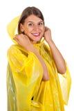 Attraktive Frau, die den gelben Regenmantel - lokalisiert trägt Lizenzfreies Stockfoto