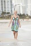 Attraktive Frau, die durch das Ufer geht Lizenzfreie Stockbilder