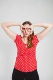 Attraktive Frau, die durch Fingerschutzbrillen schaut Lizenzfreies Stockfoto