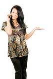 Attraktive Frau, die durch zellulares benennt Stockbild