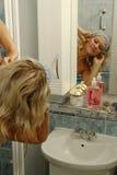 Attraktive Frau, die Dusche nimmt Lizenzfreies Stockbild