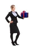 Attraktive Frau, die ein Geschenk anhält Stockfotografie