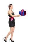 Attraktive Frau, die ein Geschenk anhält Stockbild