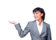 Attraktive Frau, die ein Produkt zeigt Stockbilder