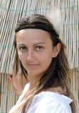 Attraktive Frau, die ein Stirnband trägt Lizenzfreie Stockfotografie