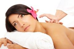 Attraktive Frau, die eine Massage in einem Badekurort erhält lizenzfreies stockbild