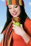 Attraktive Frau, die einen frischen Apfel glänzt stockfotografie