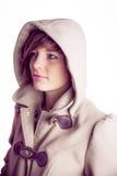Attraktive Frau, die einen warmen Mantel mit der Haube angehoben trägt lizenzfreies stockbild