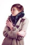 Attraktive Frau, die einen warmen Mantel trägt lizenzfreie stockbilder