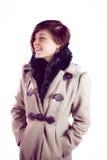 Attraktive Frau, die einen warmen Mantel trägt lizenzfreies stockbild