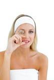 Attraktive Frau, die einen Wimperlockenwickler verwendet Stockfoto