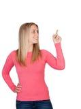 Attraktive Frau, die etwas anzeigt Lizenzfreie Stockbilder