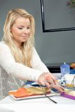 Attraktive Frau, die Frühstück genießt Lizenzfreie Stockfotografie