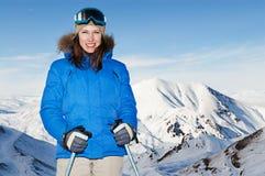 Attraktive Frau, die gegen Berge aufwirft Stockbilder