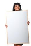 Attraktive Frau, die große unbelegte Fahne anhält Lizenzfreies Stockfoto