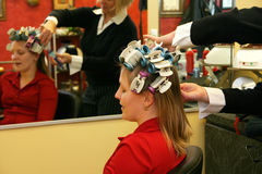 Attraktive Frau, die Haar sich kräuseln lässt Lizenzfreie Stockfotografie