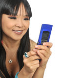 Attraktive Frau, die Handy verwendet lizenzfreie stockfotografie