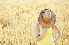 Attraktive Frau, die hinter ihrem Hut sich versteckt Stockbild