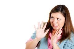 Attraktive Frau, die Hände oben in der Verteidigung, erschrocken und ungefähr angegriffen werden anhebt Stockbilder