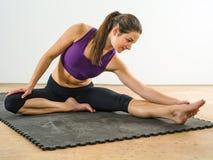 Attraktive Frau, die ihre Beine ausdehnt Lizenzfreies Stockbild