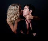 Attraktive Frau, die ihren Freund küßt Stockbild