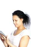 Attraktive Frau, die ihren Tablettenschirm liest Stockfotografie