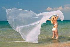 Attraktive Frau, die im Meerwasser steht Stockbild