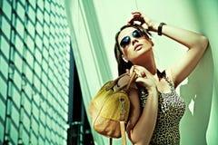 Attraktive Frau, die im modernen Gebäude aufwirft Stockbilder