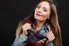 Attraktive Frau, die karierten Schal trägt Stockfotos
