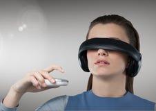 Attraktive Frau, die Kopfhörer der virtuellen Realität verwendet Lizenzfreie Stockfotos