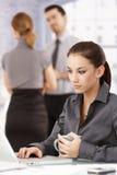 Attraktive Frau, die Laptop im Büro verwendet Stockbild