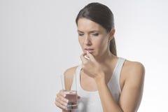 Attraktive Frau, die Medizin nimmt Stockfoto