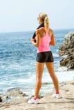 Attraktive Frau, die Meer nach Übung betrachtet. Stockfotografie