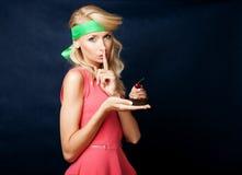 Attraktive Frau, die mit Kuchen aufwirft lizenzfreie stockfotografie