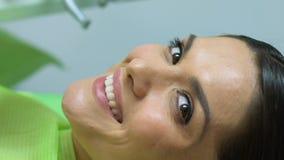 Attraktive Frau, die mit schönem gesundem Lächeln, ästhetische Zahnheilkunde lächelt stock video footage