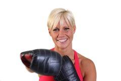 Attraktive Frau, die mit sparring Handschuhen trainiert Lizenzfreies Stockfoto