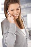 Attraktive Frau, die Mobiltelefon verwendet Stockfoto